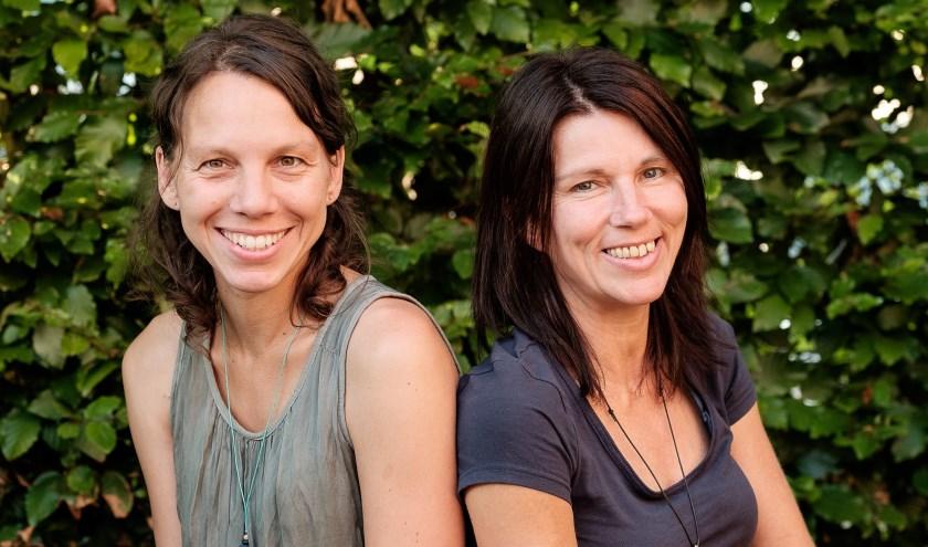 De auteurs, Astrid Janssen en Tanja Claassen, zijn trots op het resultaat. (foto: persfoto)