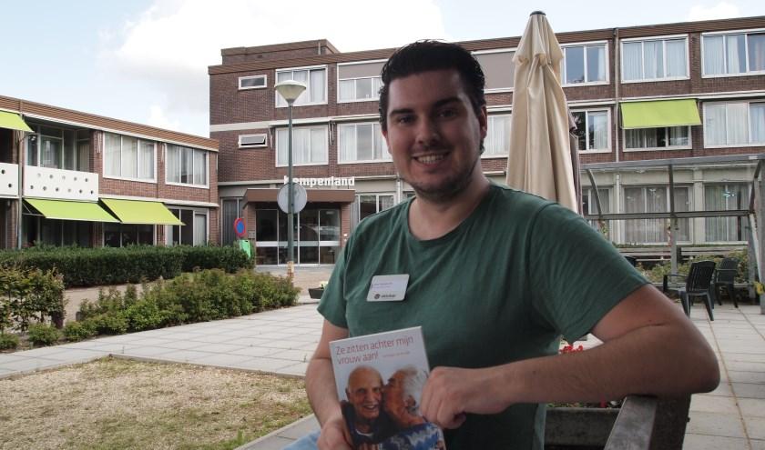 Jelle Reijngoudt met zijn eerste boek voor zorgcentrum Oktober in Bladel.