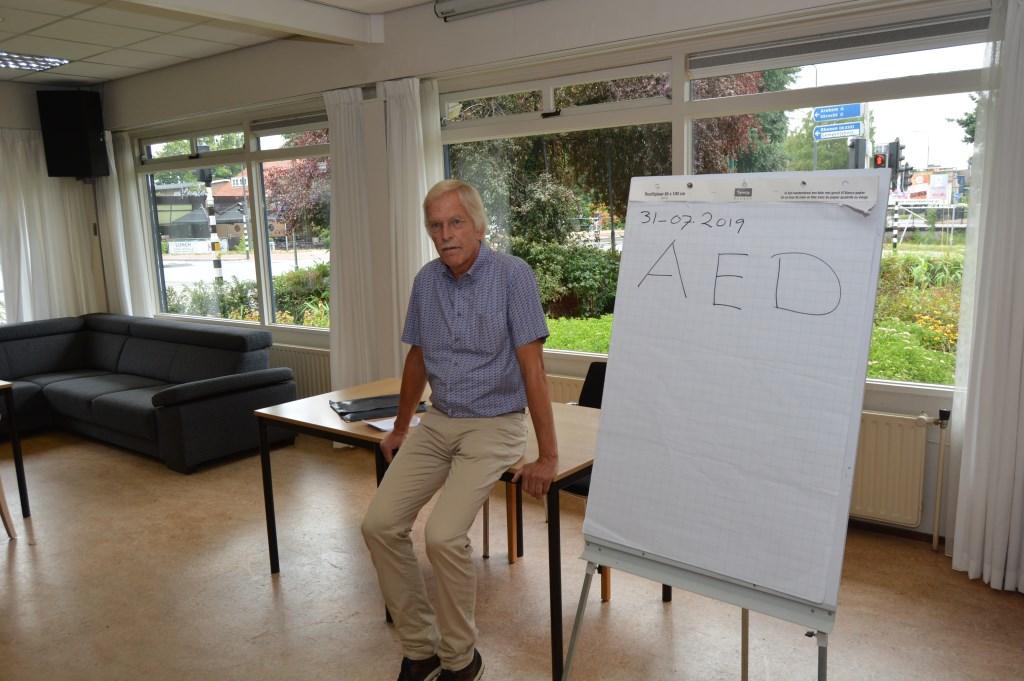Oud-huisarts Pieter Doornbos geeft uitleg over de AED.  © DPG Media