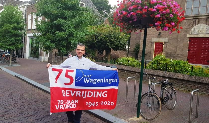 Robert Frijlink hoopt dat veel Wageningers de herinneringsvlag aan gaan schaffen, zodat de stad op 5 mei één grote vlaggenzee wordt.. (foto: Kees Stap)