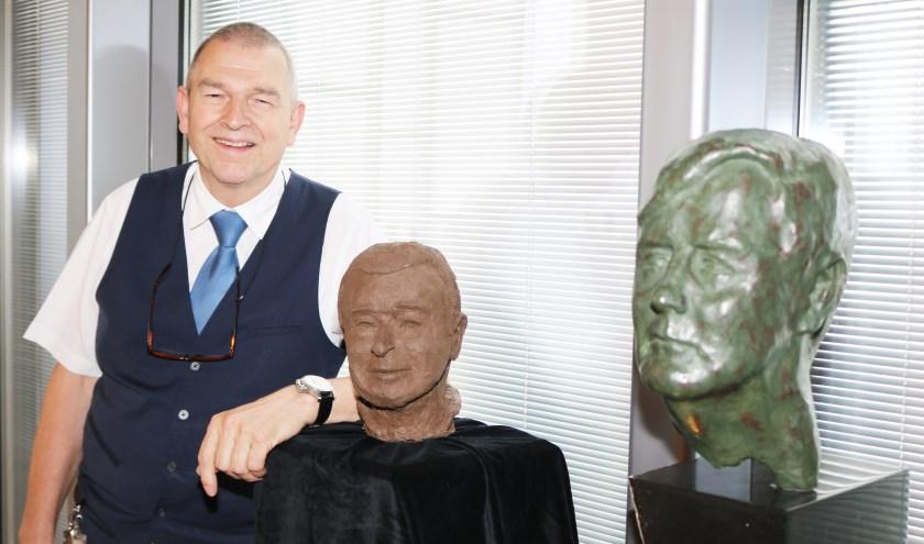 Henk Groot Hulze naast zijn buste. Rechts de buste van Koning Willem Alexander. (Foto: Arjen Dieperink)