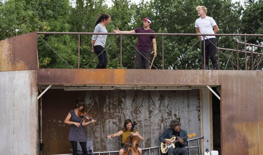 Theatergroep De Jonge Honden en Theater Gajes repeteren voor VERZAND in Gerrits Tuin aan Willemsvaart 21. De voorstelling gaat dinsdag in première. (foto: Rick Kloekke)
