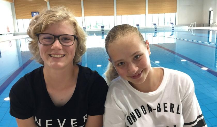 Loïs van Valen (links) en Daphne van Tilburg (rechts) gaan de Dordtse City Swim zwemmen (foto: Nanda van Heteren