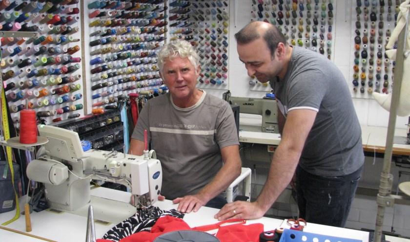 Ron en Murat bij de naaimachine.