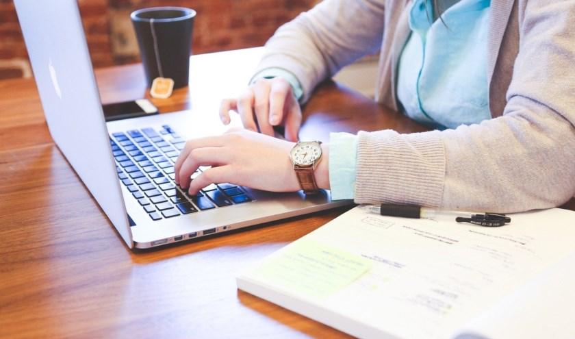 Bij het internetcafé kunnen mensen ook kennismaken met het werken op een laptop. Foto ter illustratie. (Foto: Visual Hunt)