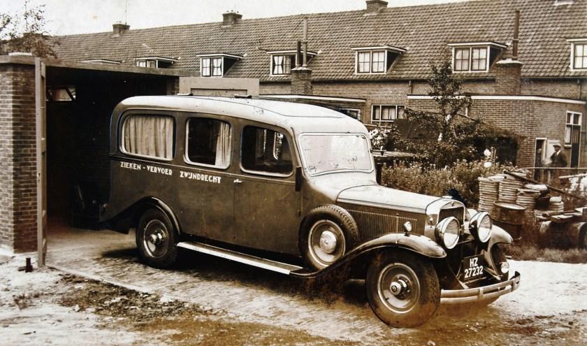 De ziekenauto in 1935 gereed om uit te rijden. Collectie W. Meijers (RAD, inv.nr. 555_17203).
