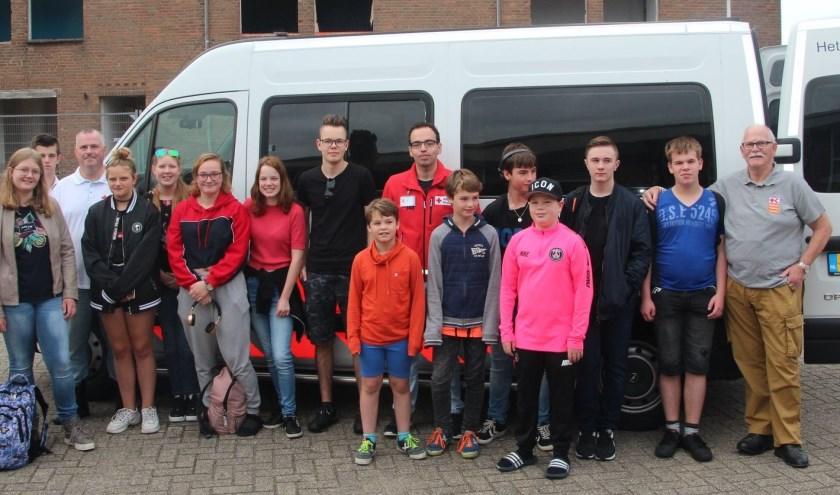De groep van het Jeugd Rode Kruis in Culemborg met begeleiders klaar voor vertrek