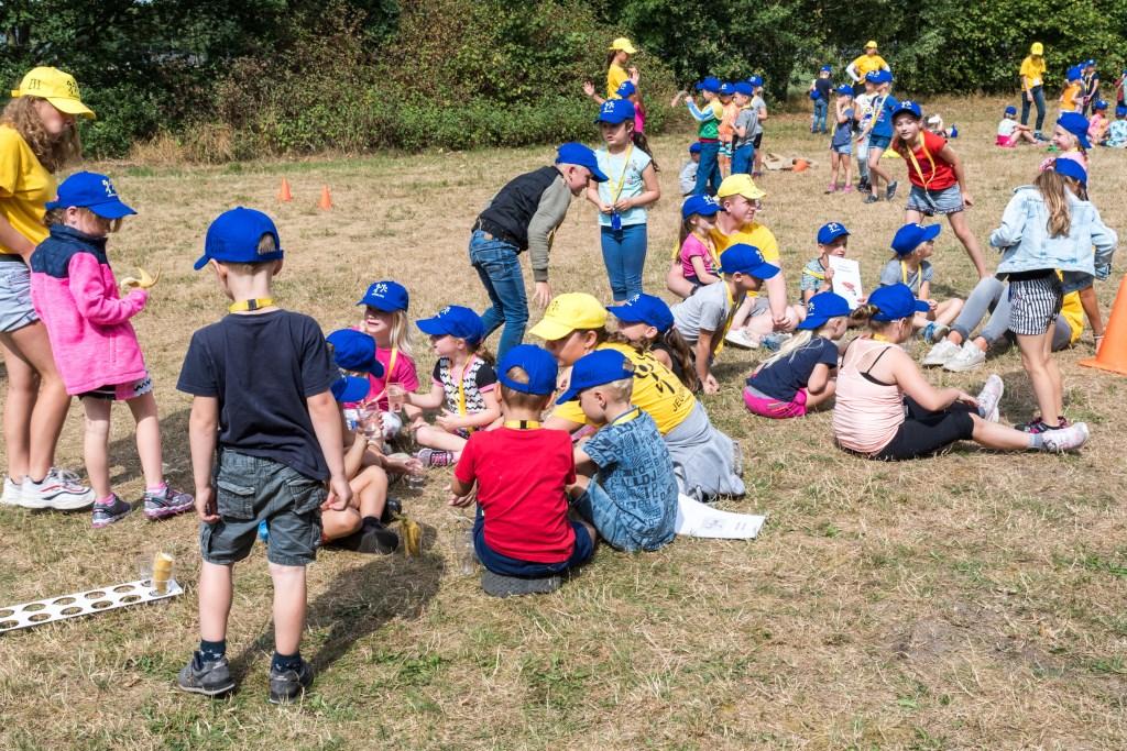 Spelen maakt hongerig.Gezellig met z'n allen aan de lunch. foto: Marjan Stolk Foto: MARJAN STOLK © DPG Media