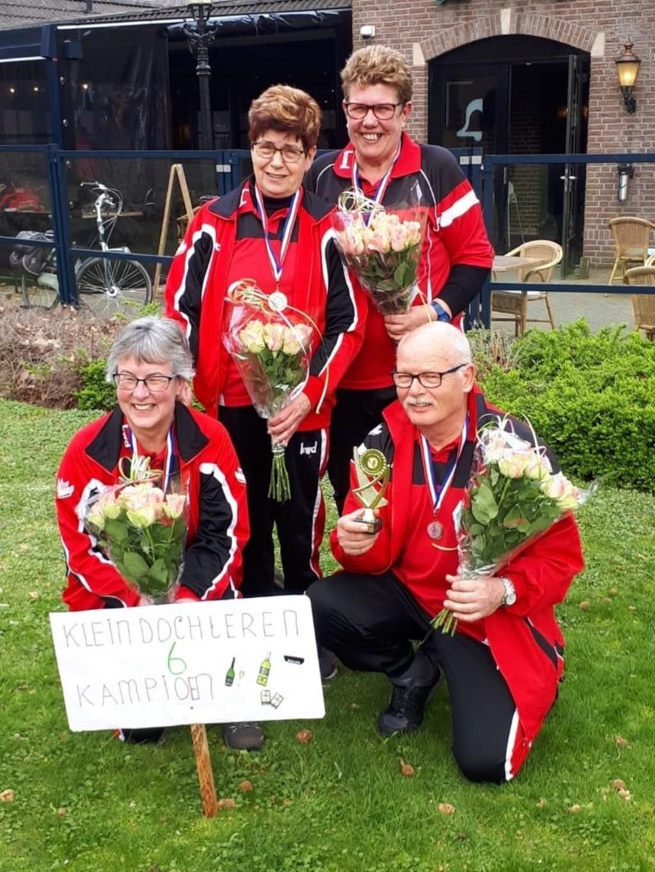 Kampioensteam 6e klasse AKF-competitie. V.l.n.r. Ans Leussink, Rikie Veldmaat, Betsie Zweers, Frans Zweers Foto: Natasja Veldmaat © DPG Media