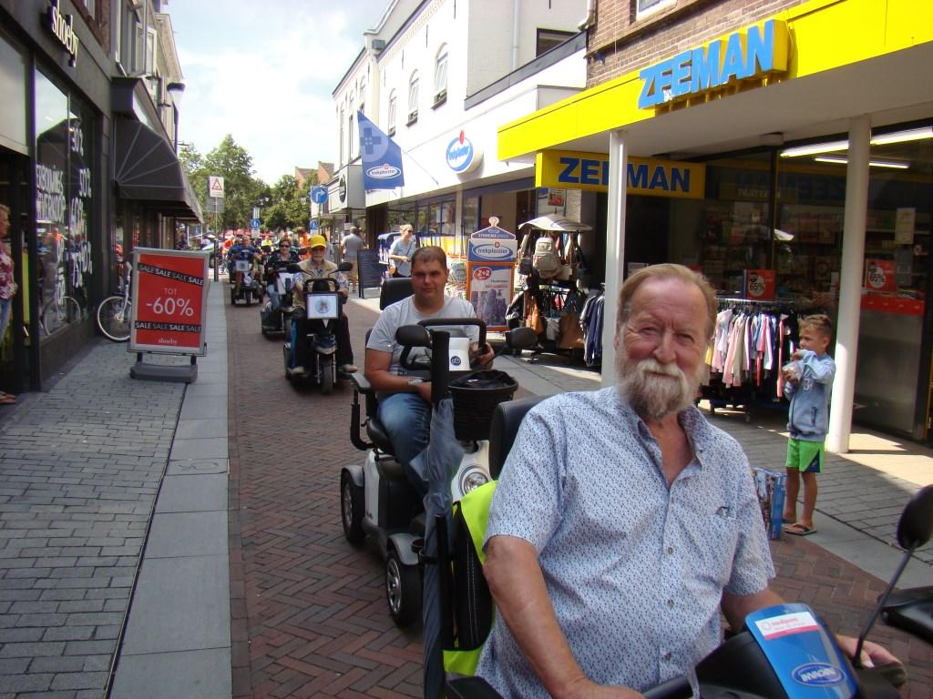 Flipje op wielen trekt in het winkelcentrum van Geldermalsen veel bekijks. Foto: Cees van Cuijlenburg © DPG Media