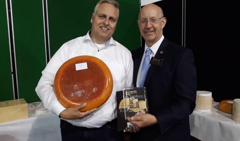 Willem Jan Oudehinken, accountmanager van Treur Kaas (links) ontving van Ian Luxton, de vicevoorzitter van de organisatie, de awards.