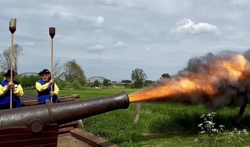 Het Barbaragilde laat de kanon bulderen om de Hollanders duidelijk te maken dat ze weg moeten blijven.