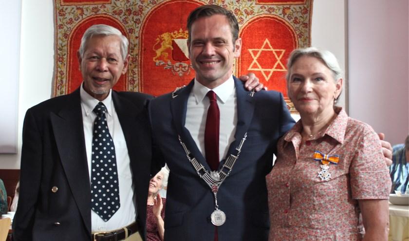 Tiny Middelton-Heijlen en haar echtgenoot Rick Middleton samen met burgemeester Sjoerd Potters. FOTO: Els van Stratum