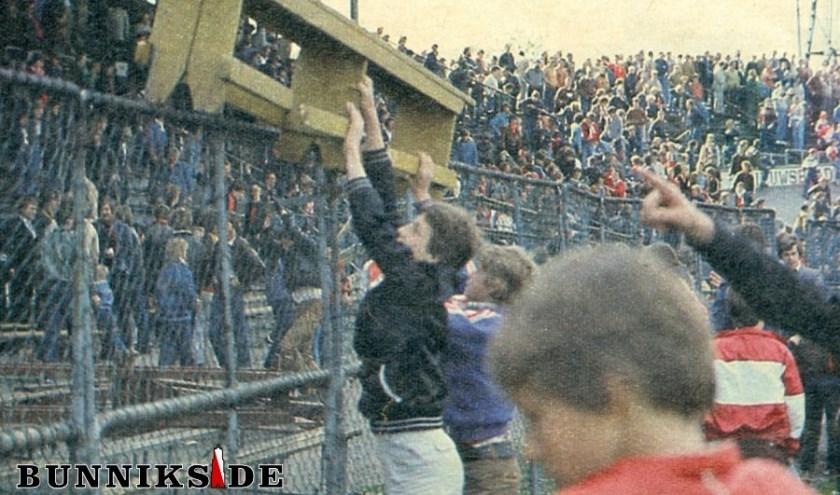 De harde kern van FC Utrecht in actie in het oude stadion Galgenwaard.