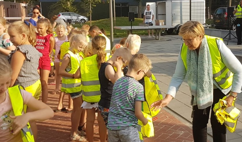 Wethouder Anja Prins heeft de eerste veiligheidshesjes in Losser uitgereikt aan leerlingen van basisschool De Verrekijker. De komende weken krijgen alle basisschoolleerlingen in onze gemeente een hesje.