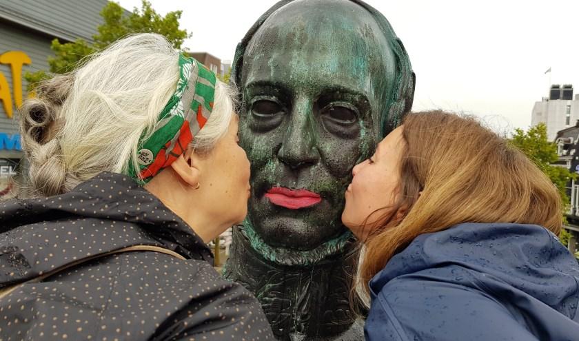 Op de heuvel kon je ervaren hoe het voelt om onze eigen koning Willem ll te kussen. Moeder Nelly en dochter Aminda Aerts deden dit dan ook graag.