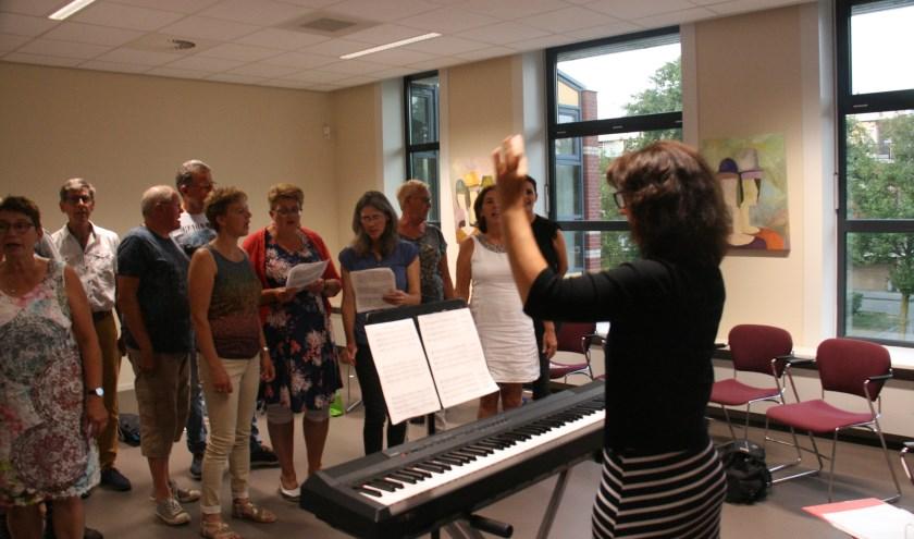 Karin Tooren is de dirigent, die Popkoor Eigenwijs laat klinken zoals het moet. Wie ook onder haar leiding wil zingen, is welkom.
