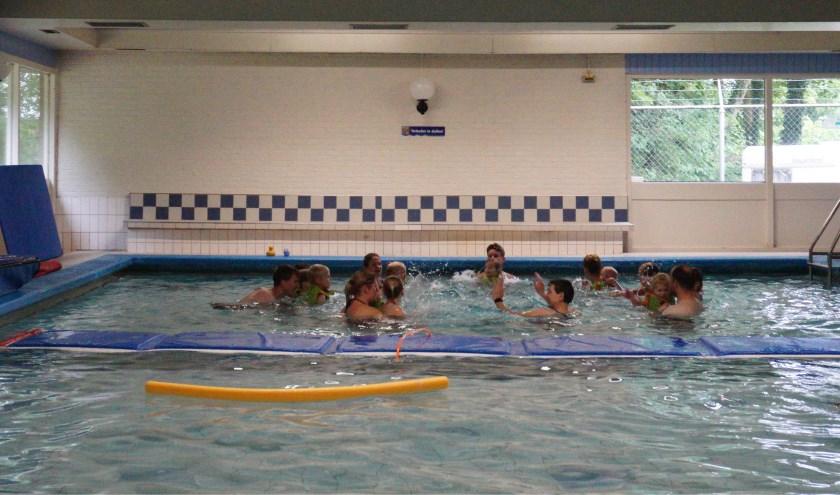 Veel plezier voor ouder en kind bij het peuterzwemmen. FOTO: Ellis Plokker