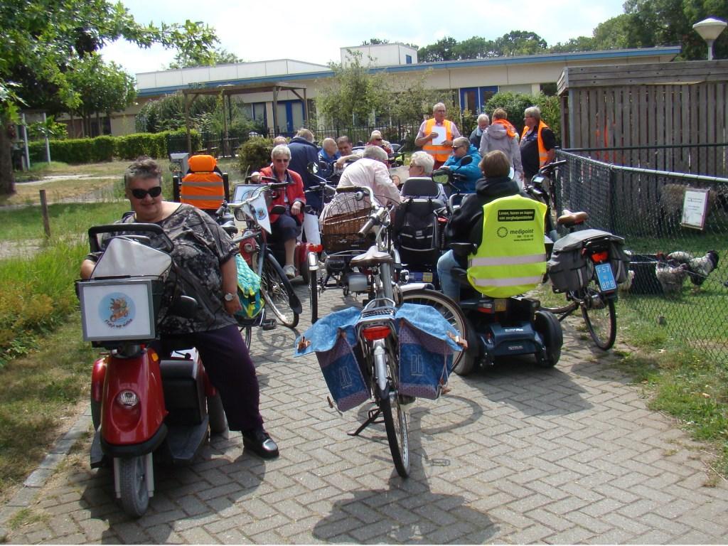 Volop drukte en overleg bij de start van de toertocht in de verkeerstuin van Vrijthof. Foto: Cees van Cuijlenburg © DPG Media