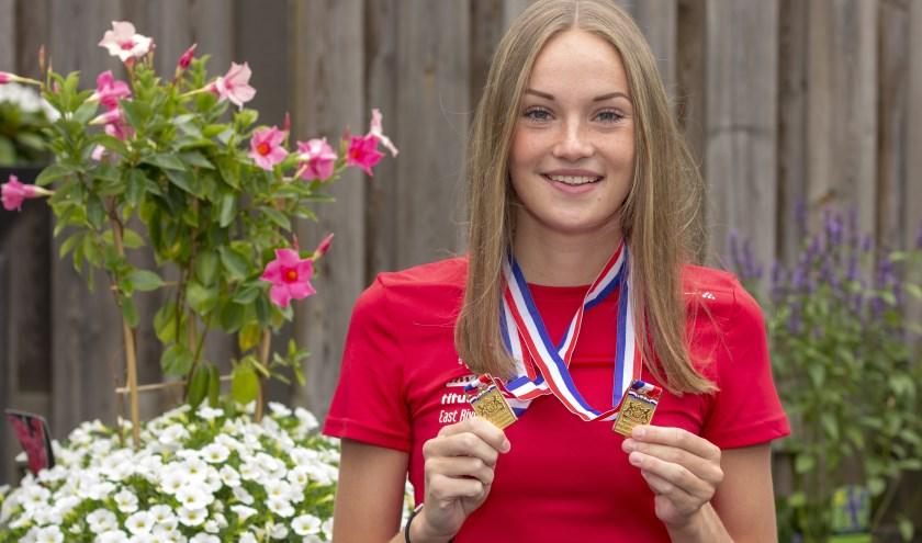 Bregje Sloot uit Lobith toont trots haar twee gouden medailles op de vier- en achthonderd meter hardlopen. (Foto: Bas Bakema)
