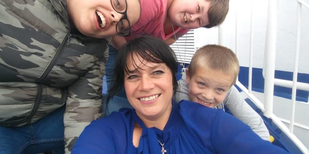 Amanda woont in Rotterdam samen met haar drie kinderen. 'Naast brandweervrouw ben ik op nummer één moeder.'  © DPG Media