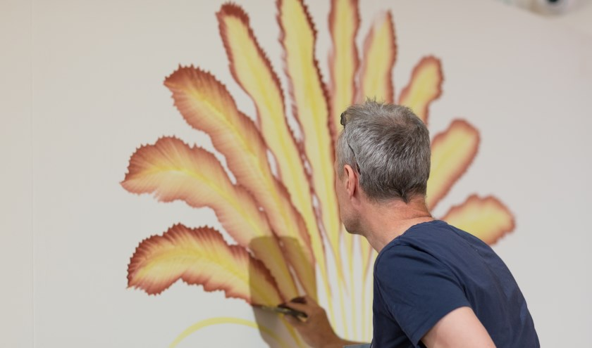 Gijs Frieling aan het werk aan zijn mural. Foto: Studio5700.nl