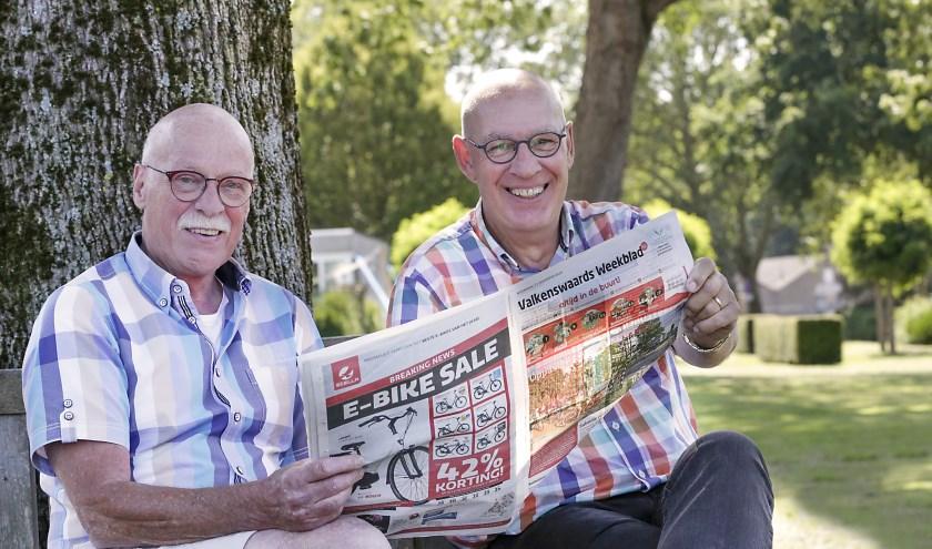 Joop van Appeldorn (links) en Etienne Wetzer zijn blij met de wekelijkse rubriek van oude foto's in het Valkenswaards Weekblad. (Foto: Jurgen van Hoof).