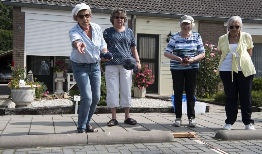 Anny Knipping (links) is met haar man Alex de initiatiefnemer van de jeu de boulescompetitie in de buurt. (foto: Ellen Koelewijn)