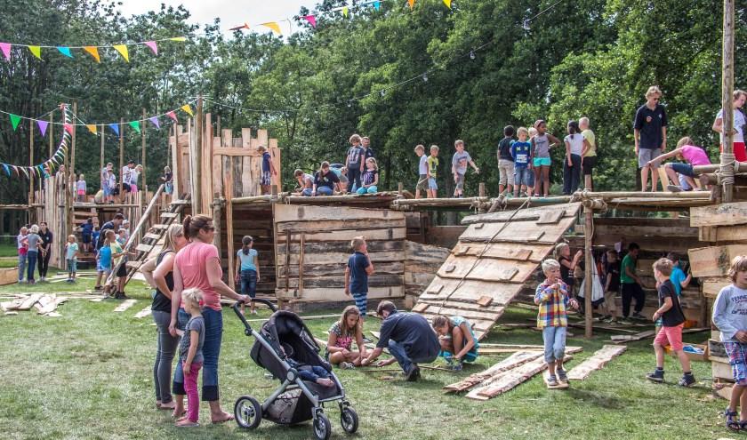 Ook dit jaar worden er weer hutten gebouwd bij basisschool De Wieden, aan de kruising Maaslaan/Beulakerwiede. (foto: archief Frans Paalman)