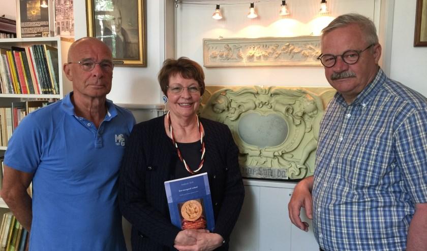 Harry Wouters, Kitty Römer en Tom Hoogerwerf van Historische vereniging Oud-Dordrecht met jaarboek 2019 (foto: Nanda van Heteren