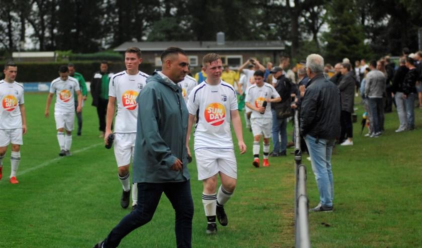 Tijdens de pauze in het oefenduel tegen Redichem keek WAVV-oefenmeester Moslin Adnane niet bepaald vrolijk. (foto: gertbudding.nl)