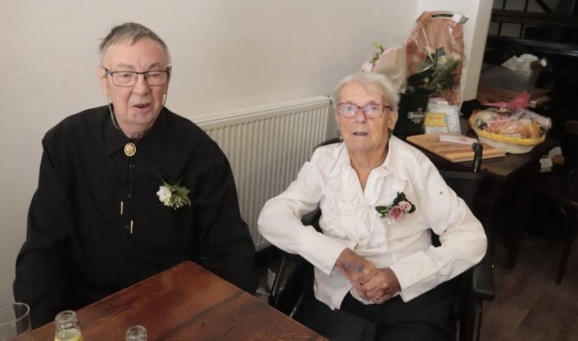 Het diamanten paar Jan en Atie Nijenhuis kreeg vele felicitaties. (foto: Theo van Dam)