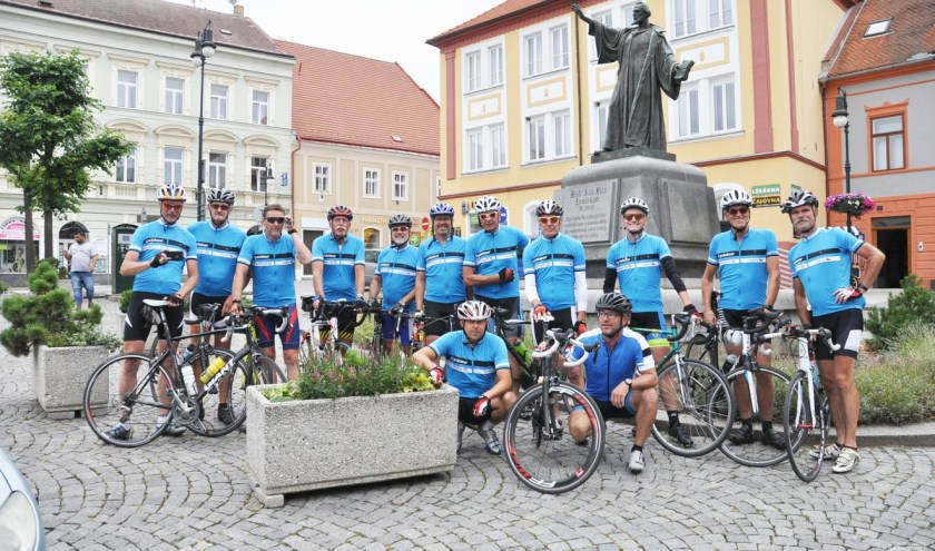 De groep kwam na elfhonderd kilometer fietsen aan in Louny (Foto: PR)