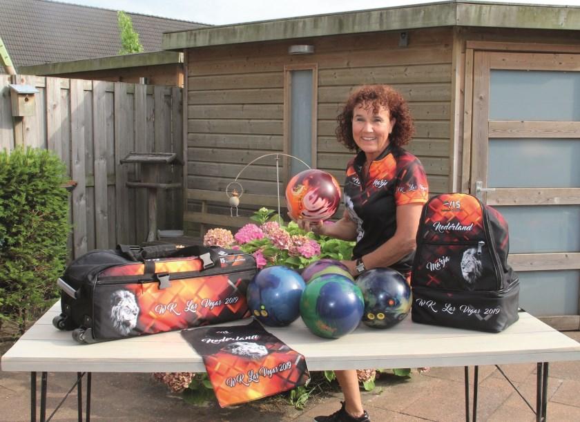 Marja van Dijk maakte via een bedrijvencompetitie voor het eerst kennis met bowlen. Tegenwoordig beschikt ze over haar eigen materiaal.