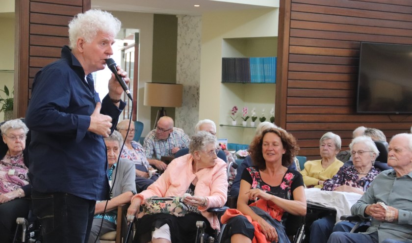 Zanger Henk Nijland wist het oudere publiek te vermaken bij het ouderenfestival in Culemborg.
