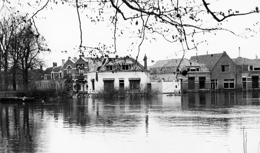 Tijdens de inundatie van 1944 stond ook Middelburg deels onder water, zoals hier de Veerse Singel. FOTO: ZB Beeldbank Zeeland recordnr 66755