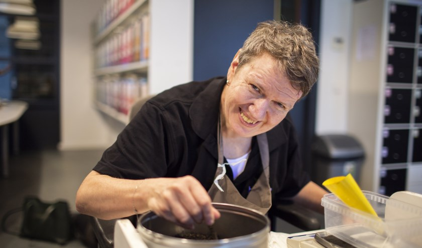 Een van de medewerkers van Bloesem aan het werk in het theeatelier met het wegen, labelen en verpakken van de thee. Ze is een van de 36 trotse werknemers van het bedrijf. Foto: Dick Hubertus