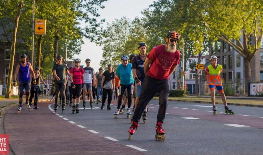Skaters onderweg tijdens de vorige Night Skate Zwolle. De start is ook dit keer weer in Park de Wezenlanden aan de Wethouder Alferinkweg. (foto: Sander Wessel)