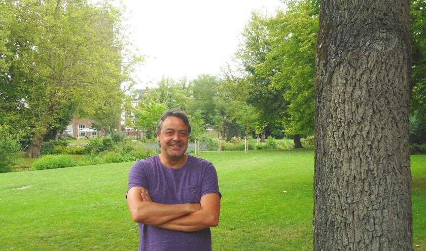 Frank Tomeï in het Oranjepark, op de plek waar het Zomerterras 20 jaar geleden begon. (Foto: Bart van der Linden)