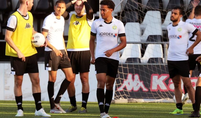Lorenzo Braaf tussen zijn nieuwe ploeggenoten van ASWH