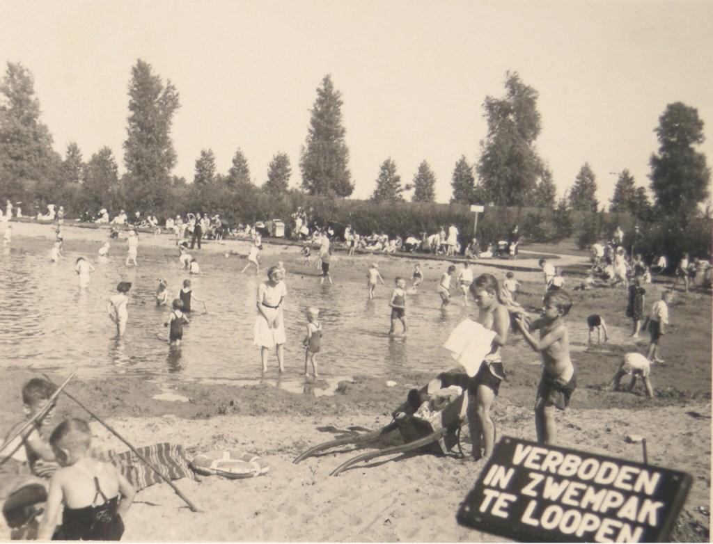Foto: Regionaal Archief Dordrecht   Drie kinderen spelen op de speelplaats © DPG Media