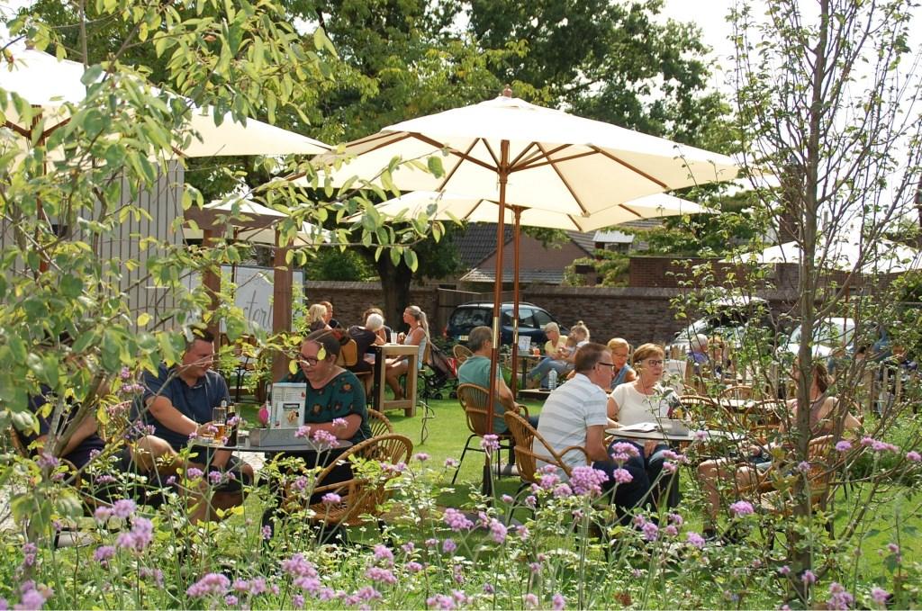 De groene en rustieke tuin geeft het terras van Meesterlijk een bijzondere en unieke ambiance.  © DPG Media