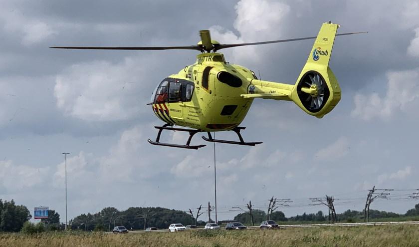 De traumahelikopter landde vlakbij het incident. Foto: Lex van Steenis