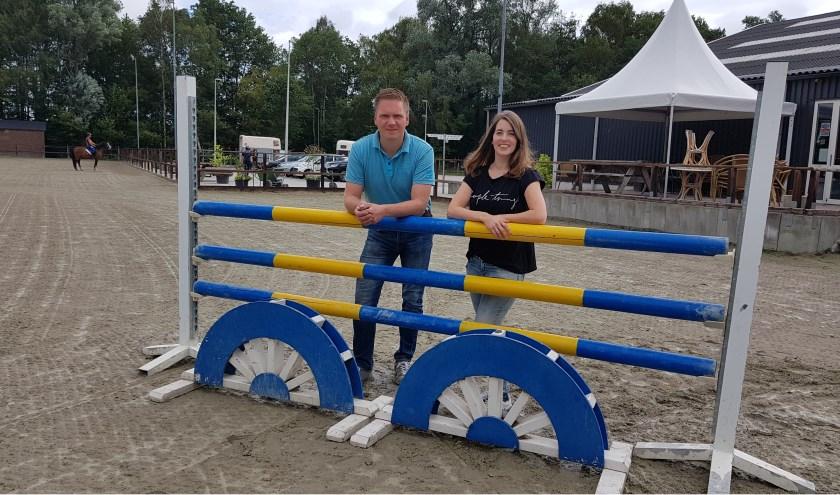 """Martijn ten Pas en Sandra Metaal-ten Dolle bij de manege: """"Hippische Vereniging Winterswijk brengt hippische sporters samen.""""(Foto B. Wassink)"""