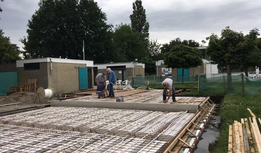 Funderingswerk aan de gezamelijke opslagloods van Stichting Vereniging Opslag Leimuiden, mogelijk gemaakt door Fonds Alphen.