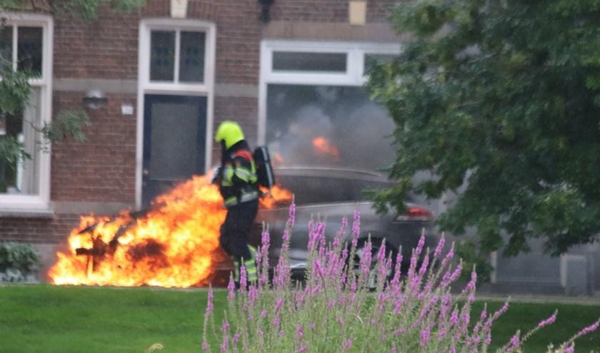 De auto moet als verloren worden beschouwd bij een flinke brand. De woning bleef van brand gespaard.
