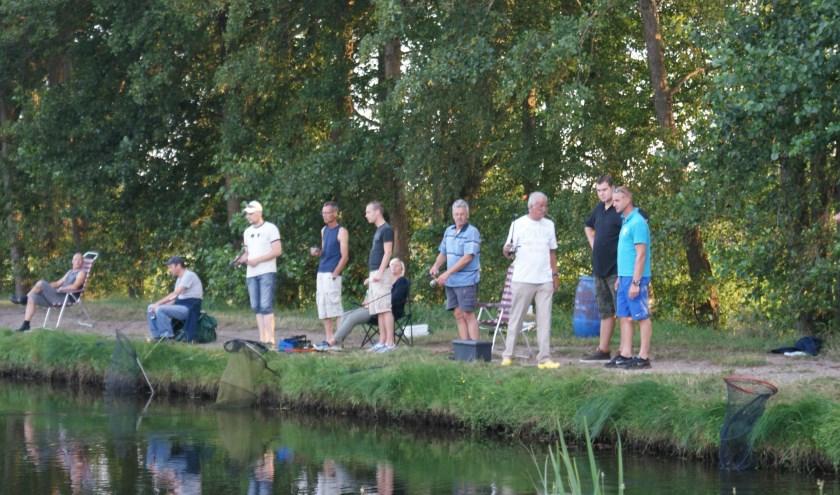 Gezelligheid aan de visvijver van Gezinspark Smallert in Emst.Zaterdag 7 september is er 'fishing & tasting'.