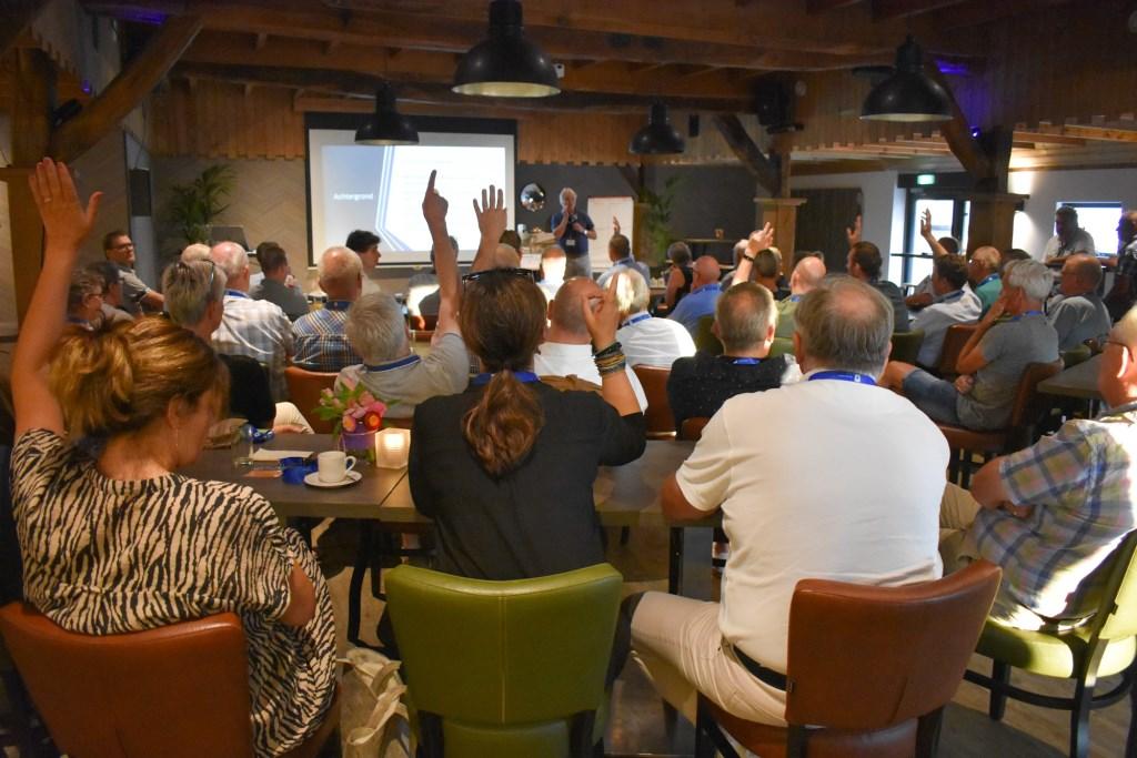 Ook Enterse ondernemers wisten de weg te vinden naar het Dorpscafé, zo bleek na de vraag van Eduard Plate. Foto: Jolien_van_Gaalen © DPG Media