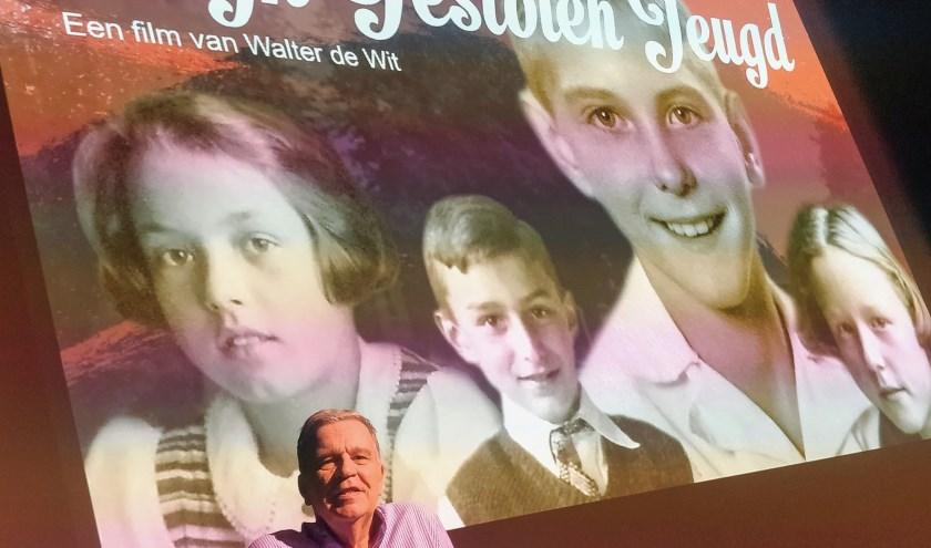 Walter de Wit voor het grote projectiescherm inDe Hofnar.