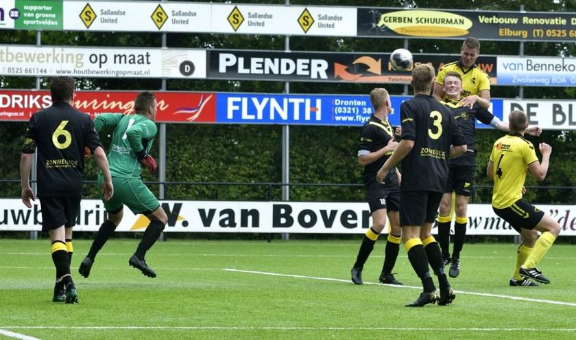Routinier Wim de Vries kopt de 2-0 binnen namens VSCO'61.( Foto: Dries van Dijk)